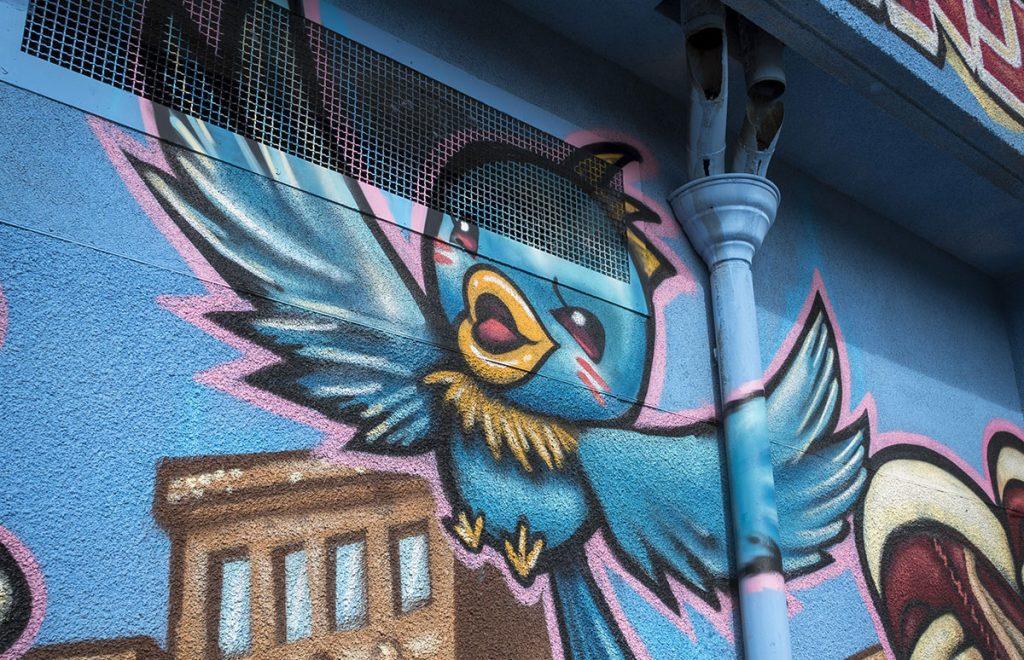 Street Art City : Un oiseau sur une des façades des bâtiments