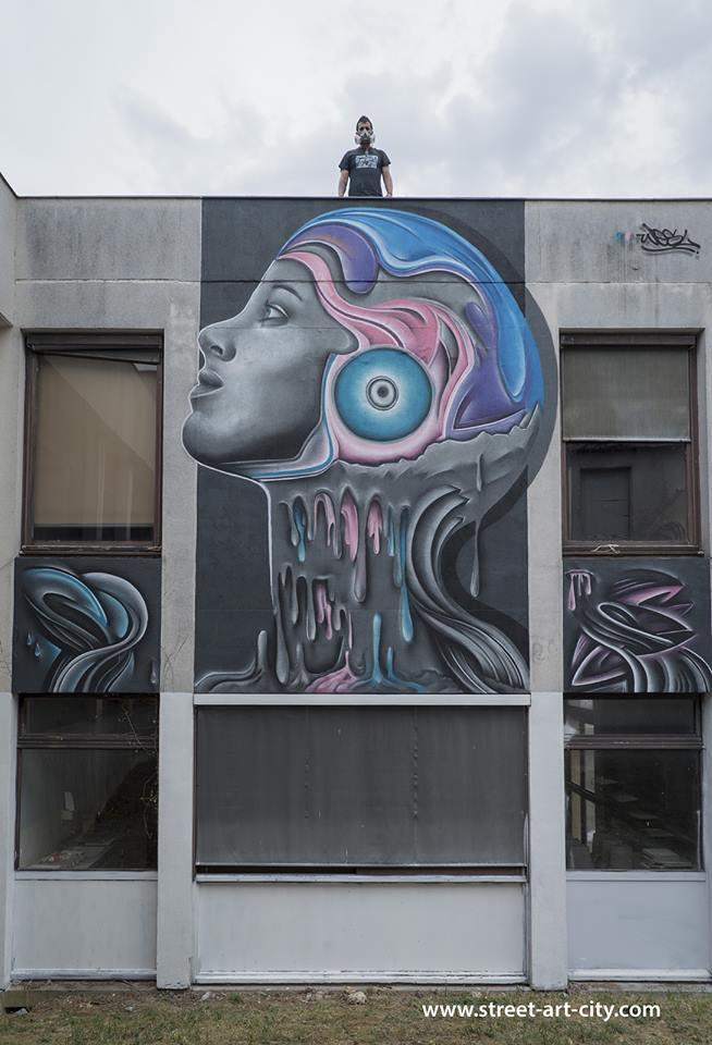 Visage féminin sur une façade